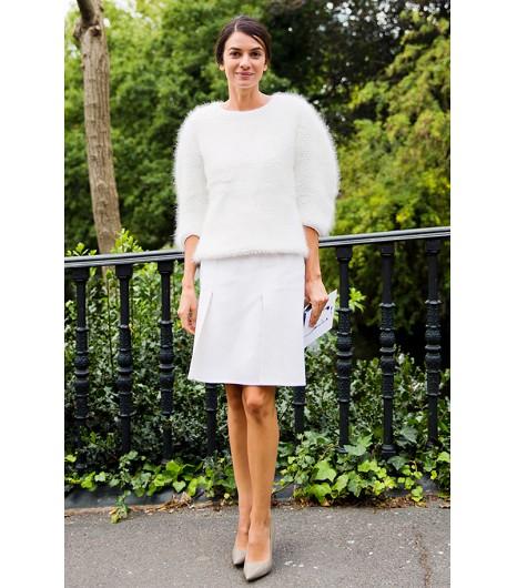 Astuce de style : Restez bien au chaud après que le soleil se soit couché en superposant un gros pull sur votre tenue.