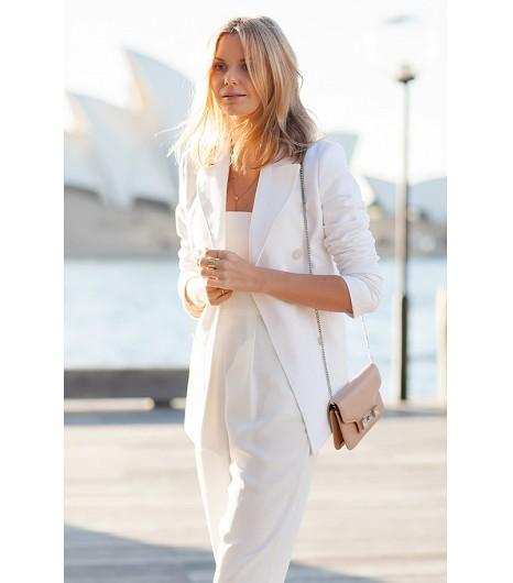L\'assortiment veste/combinaison est parfaite pour aller travailler, et il est aussi super pour sortir le weekend.