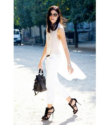 Astuce de style : Faites de l\'effet dans une blouse légère oversized et un pantalon blanc.