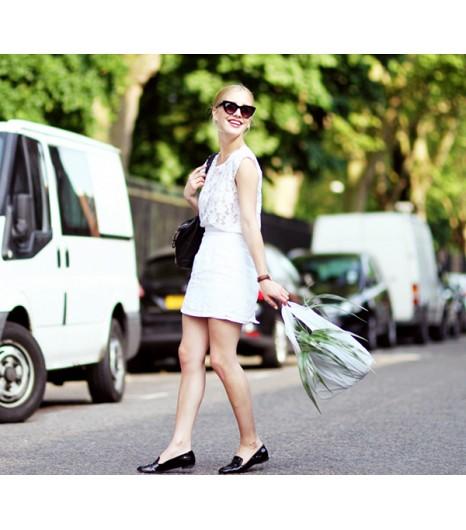 Astuce de style : Faîtes ressortir toute la féminité qui est en vous en portant un top en dentelles et une mini-jupe.