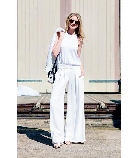 Astuce de style : Pour le summum du chic en blanc, portez un pantalon large blanc avec un simple débardeur et de jolies sandales.