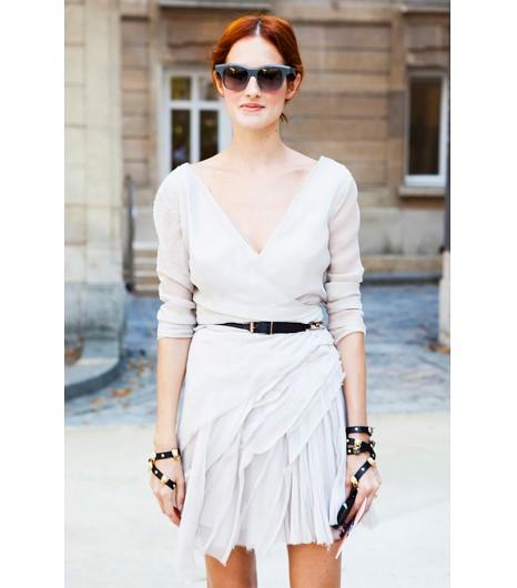 Astuce de style : Essayez une robe blanc cassé façon cache-coeur