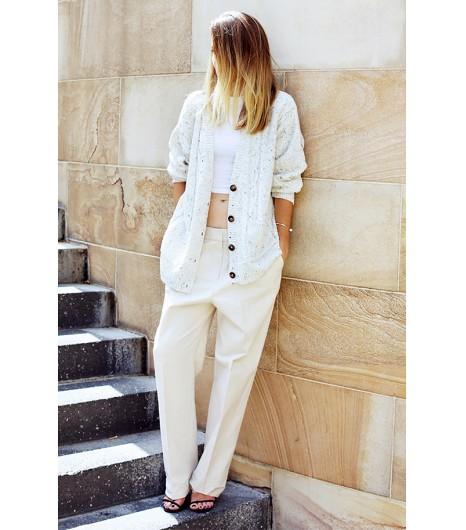 Astuce de style : Mettez un gros gilet en maille confortable sur un t-shirt court pour look de jour très flatteur.