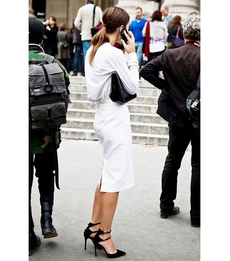 Astuce de style : Pour un look de travail très élégant, essayez une jupe crayon blanche et un chemisier blousé.