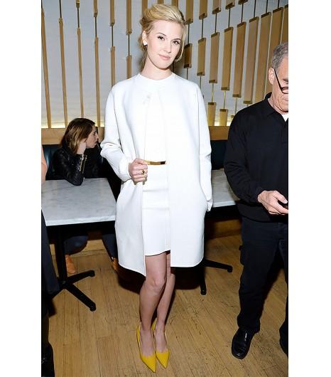Astuce de style : Pour un look du soir sophistiqué, essayez un ensemble veste et robe blanches assorties.