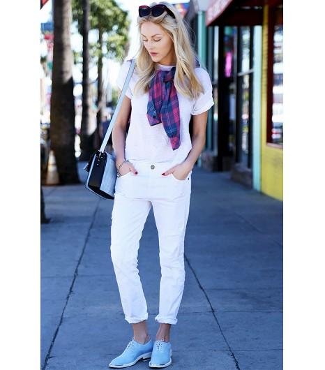 Astuce de style : Adoptez un look très détendu avec un jean skinny blanc et un t-shirt basic.