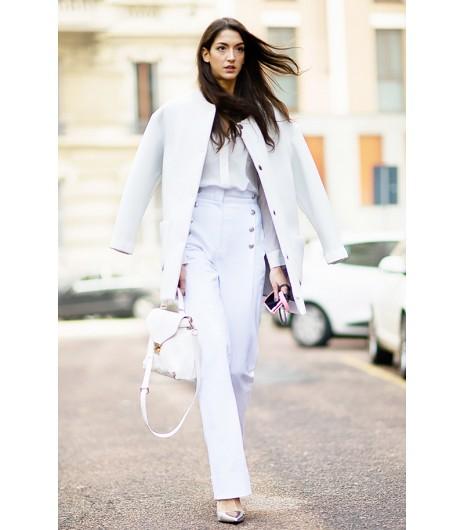 Astuce de style : Matchez deux tons de blanc différents dans votre prochain look \