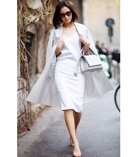 Astuce de style : Essayez de glisser une robe lisse et droite sous un manteau cap blanc cassé.