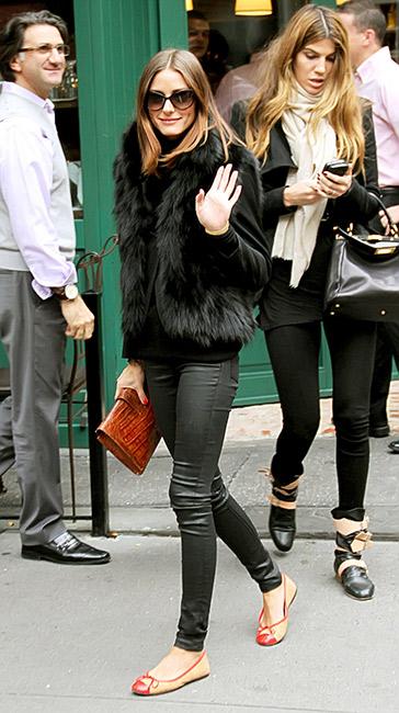 Idéale sur une veste en cuir ou un blazer. Elle tient chaud sans que vous n\'ayez besoin d\'en faire plus. Sur la photo : Olivia Palermo