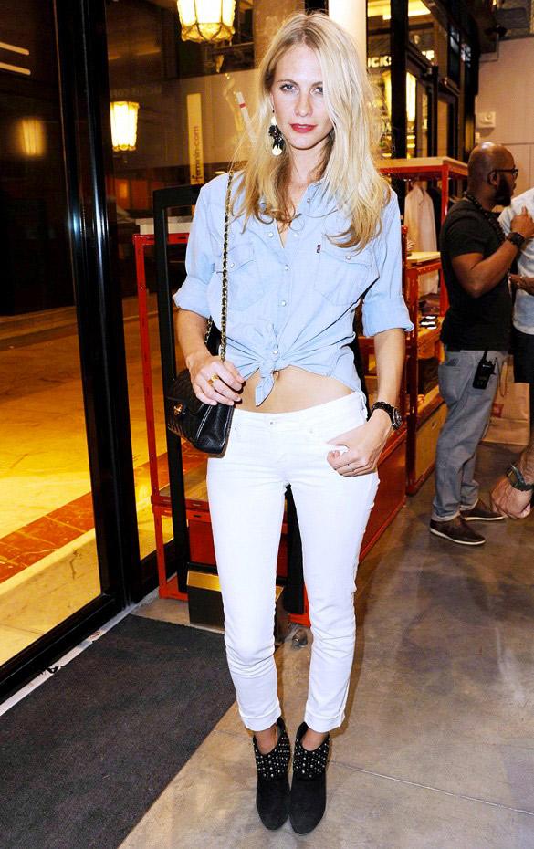 Essayez une chemise nouée en jean avec un skinny blanc.