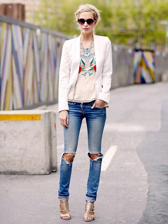 Nous croyons au pouvoir du blazer blanc. Sur Poppy : Top Temperley London.