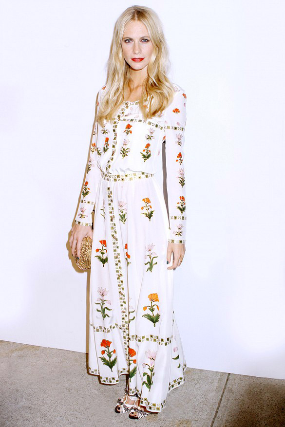 Essayez une robe longue fleurie pour mettre d\'avantage en avant votre féminité. Sur Poppy : Robe Chanel.
