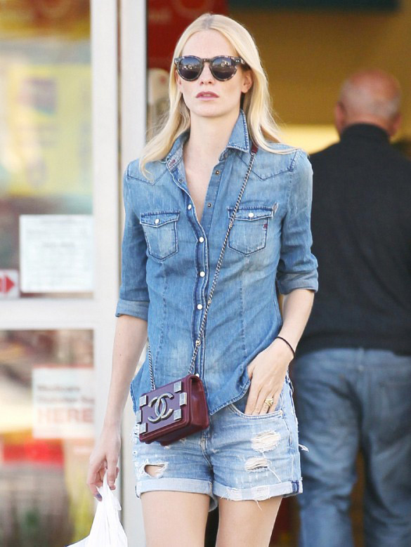 Le jean sur jean est un de nos assortiments favoris depuis toujours. Sur Poppy : Sac Chanel