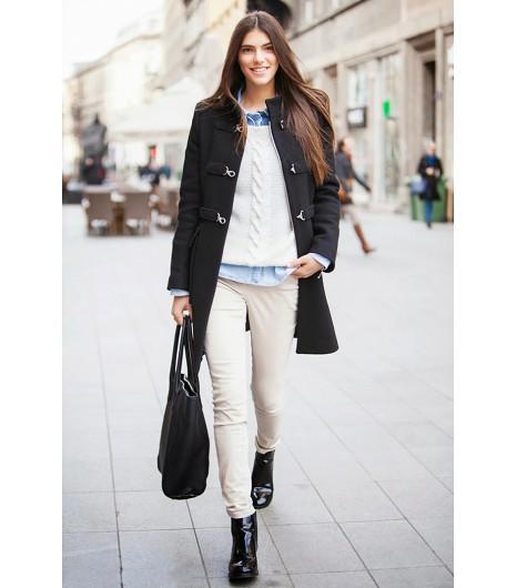 Pour un look de jour décontracté, portez votre pull en maille torsadée préféré avec un jean blanc cassé et un sac oversize. Image viaStreet Style Seconds