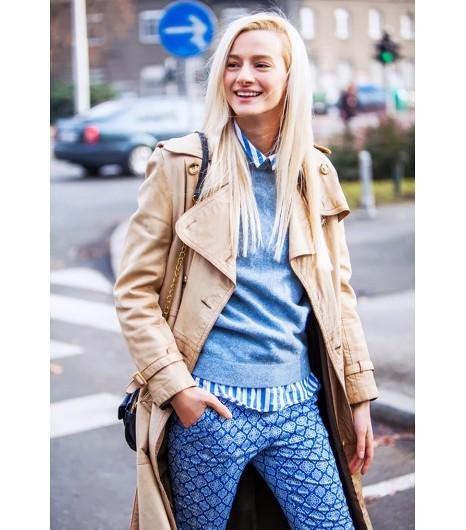 Portez votre sweat sur un chemisier imprimé pour un look très preppy. Image viaStreet Style Seconds