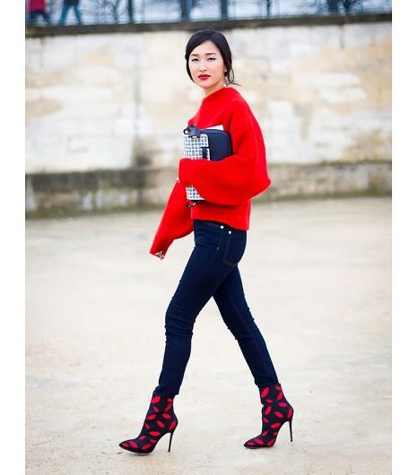 Equilibrez un sweat oversize avec un jean skinny et des bottines pointues à talons. Image viaStyle du Monde