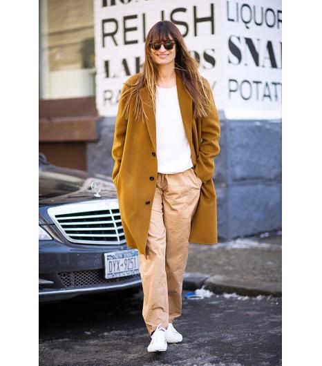 Pour un look décontracté, assortissez votre sweat à un pantalon large et des sneakers blanche pour un style impeccable. Image via Gastro Chic