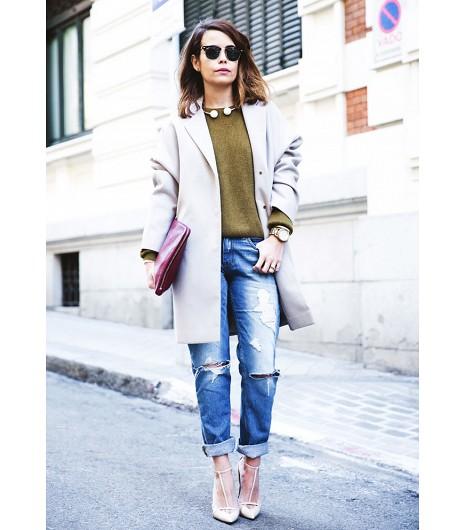 Focus sur les accessoires en accompagnant votre sweat d\'une pochette en cuir lisse, d\'escarpins élégants et d\'un gros collage. Image viaCollage Vintage