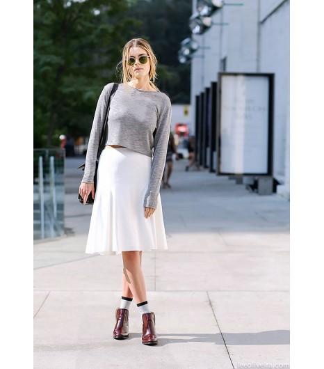 Associez un sweat léger à une jupe mini décontractée et des bottines pour un look sans chichi. Image viaLee Oliveira