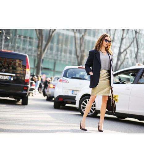 Portez un sweat court avec une jupe crayon et un blazer structuré pour un look plus conventionnel.