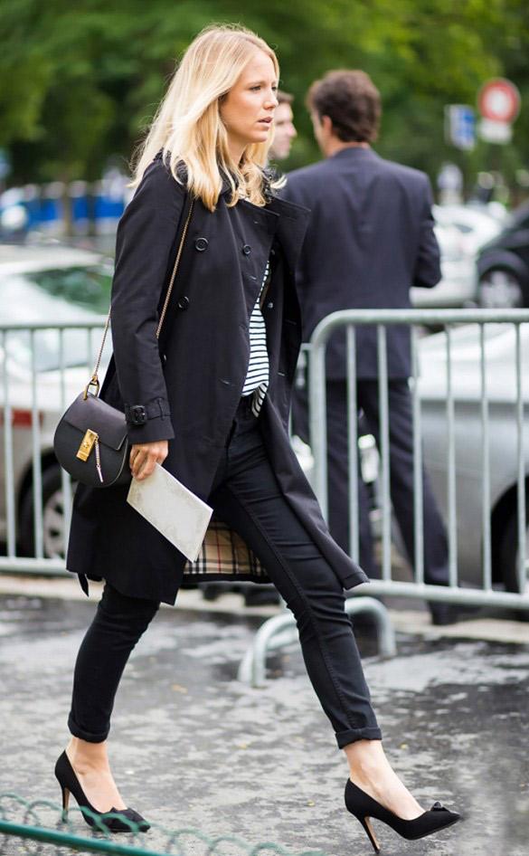 Essayez le trench dans sa version noire avec un jean et des escarpins noirs. Rehaussez le tout avec une marinière à la française.