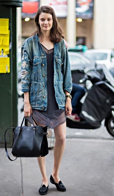 Donnez une allure automnale à votre robe d\'été en l\'accompagnant d\'une veste en jean et d\'une paire de mocassins.