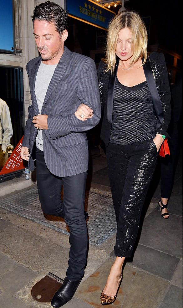 Smoking métallique + débardeur + Escarpins imprimés Kate Moss porte : Smoking Kate Moss x Topshop.
