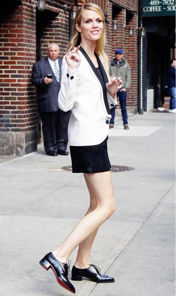 Veste de smoking + short + brogues Brooklyn Decker porte : Veste Emilio Pucci; Chaussures Christian Louboutin.