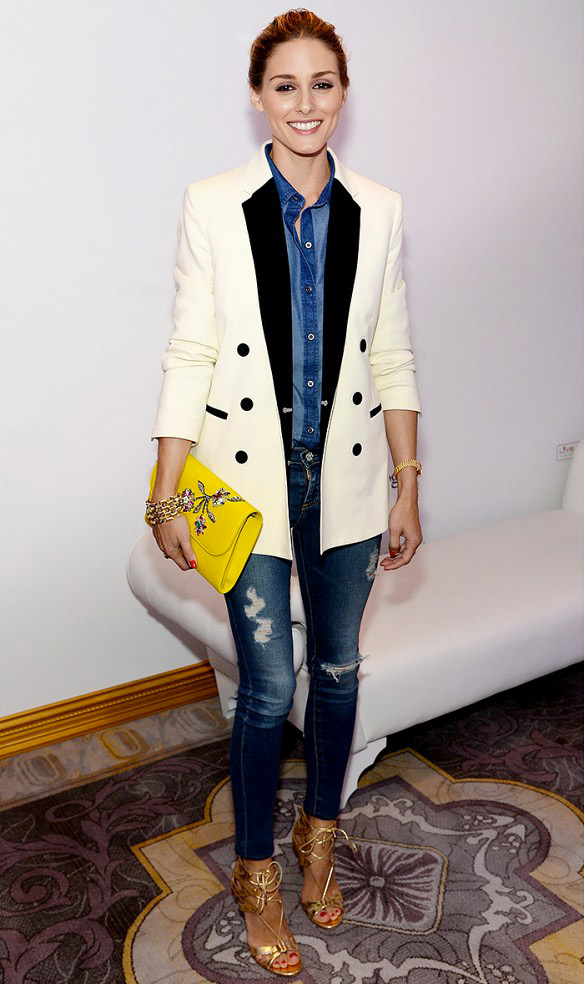 Veste de smoking + jean sur jean. Olivia Palermo porte : Veste Whistles; Jean AG; Sandales Aquazzura